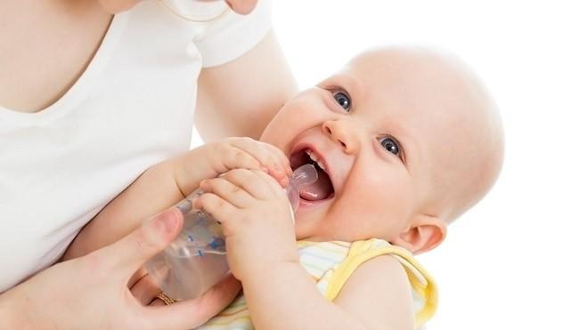 cho trẻ uống nước giúp giảm táo bón