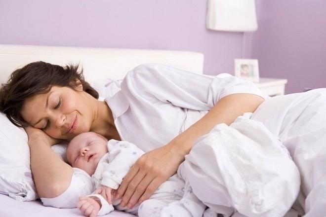 mẹ nằm ôm vầ kể chuyện cho bé ngủ ngon