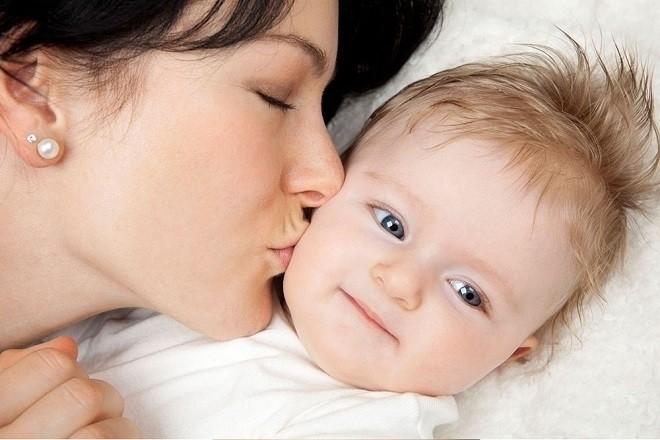 mẹ hôn má và âu yếu bé trước khi ngủ