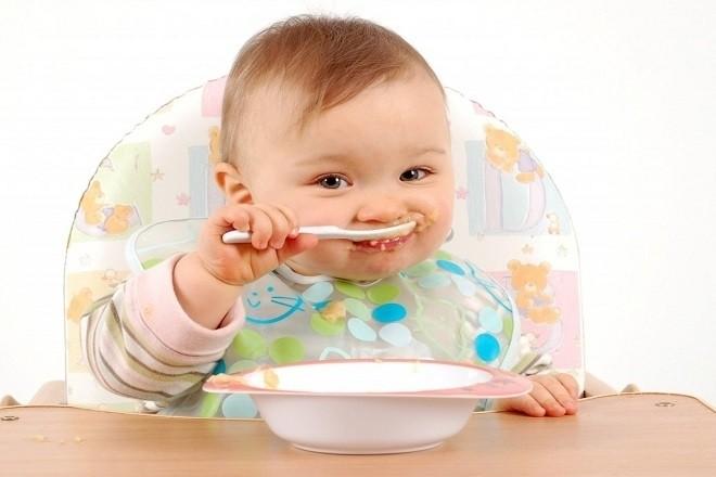 trẻ 9 tháng có thể tự ngồi ghế và ăn dặm