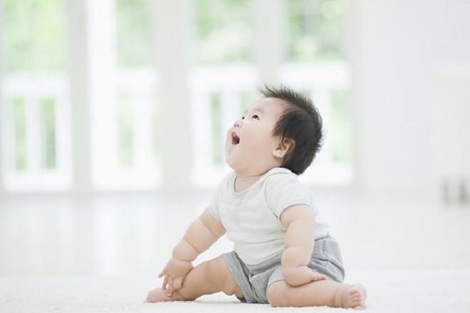 trẻ 9 tháng tuổi biết cười đùa vui vẻ