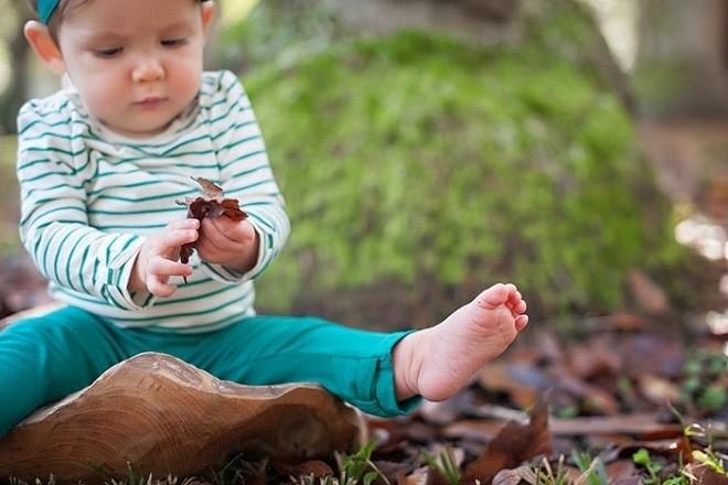 trẻ 9 tháng tuổi thích tìm tòi khám phá mọi thứ xung quanh