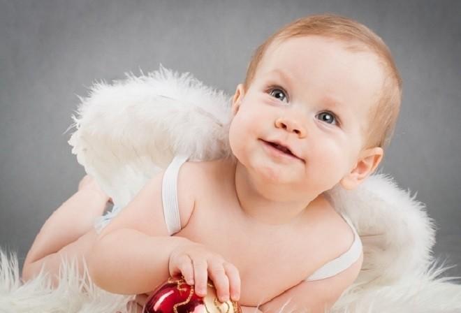 trẻ 7 tháng tuổi biết cầm quả táo trên tay