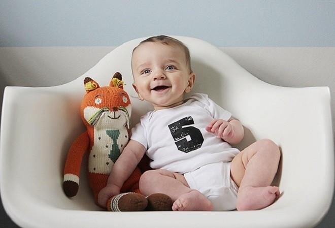 trẻ 7 tháng tuổi biết ngồi giữ thăng bằng trên ghế