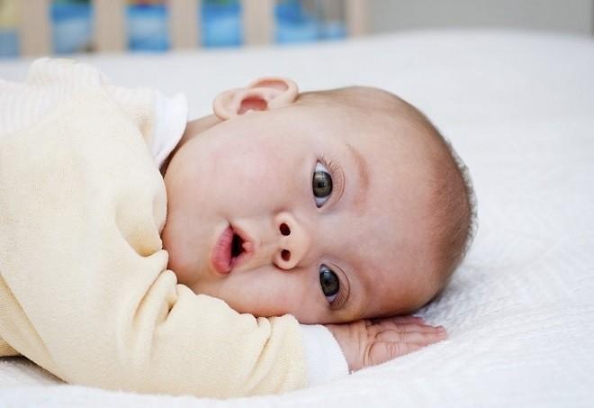trẻ 7 tháng tuổi biết quan sát xung quanh