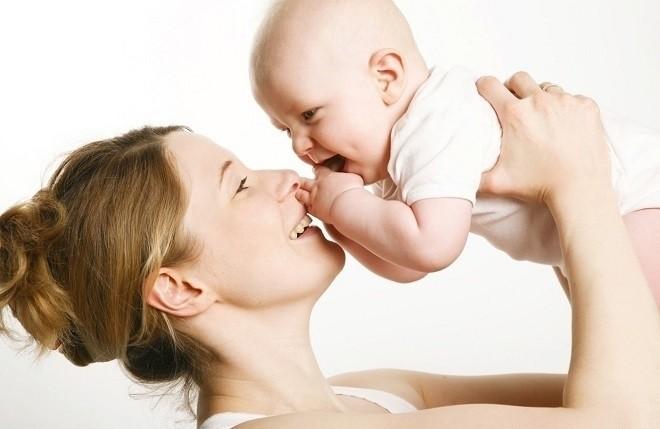 trẻ 7 tháng tuổi biết cười giỡn với mẹ