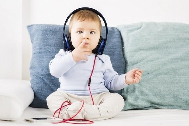 trẻ 7 tháng tuổi biết nghe nhạc