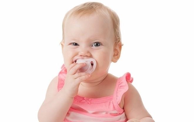 trẻ 7 tháng tuổi biết ngậm ty nướu