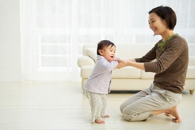 mẹ tập cho trẻ 9 tháng đi những bước đầu tiên