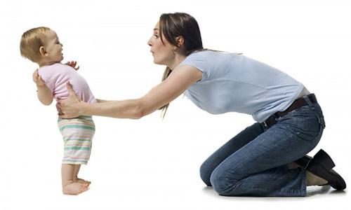 mẹ giúp bé 8 tháng tuổi tập giữ thăng bằng