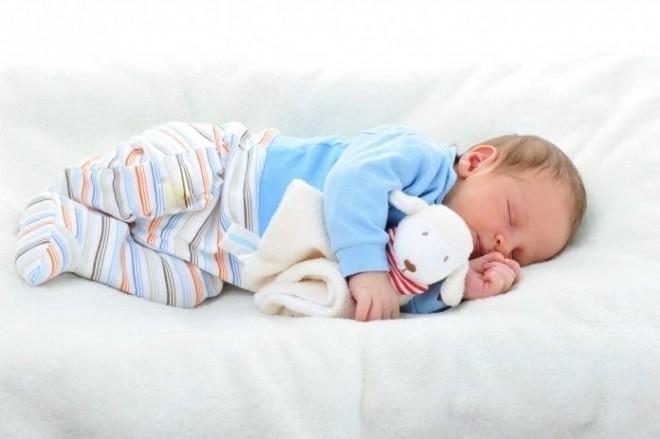 bé ôm gấu bông ngủ say