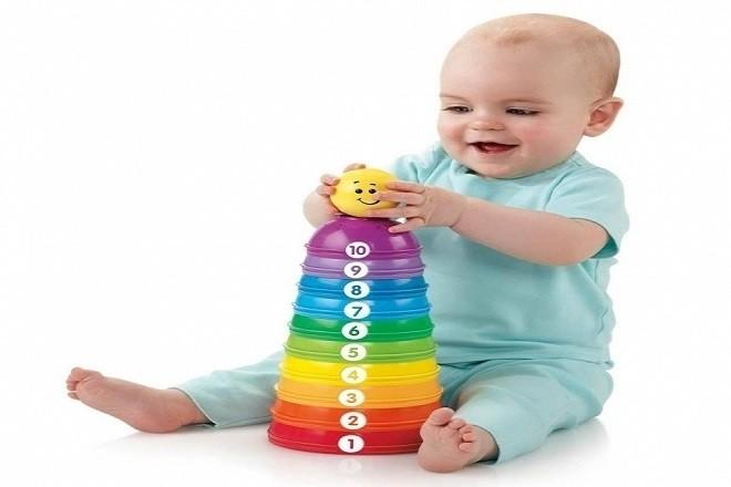 trẻ thích chơi đồ chơi nhiều màu sắc