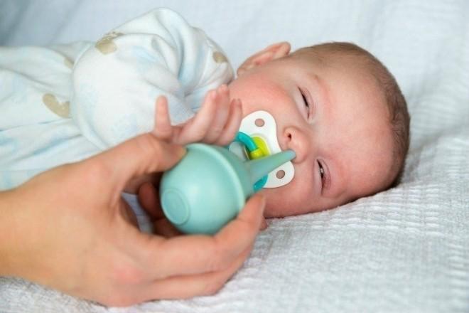 hút mũi đúng cách cho bé bị ngạt mũi lâu ngày