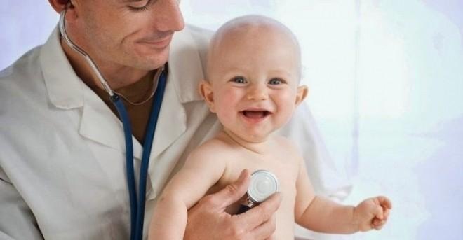 đưa bé bị ngạt mũi lâu ngày đi khám bác sĩ