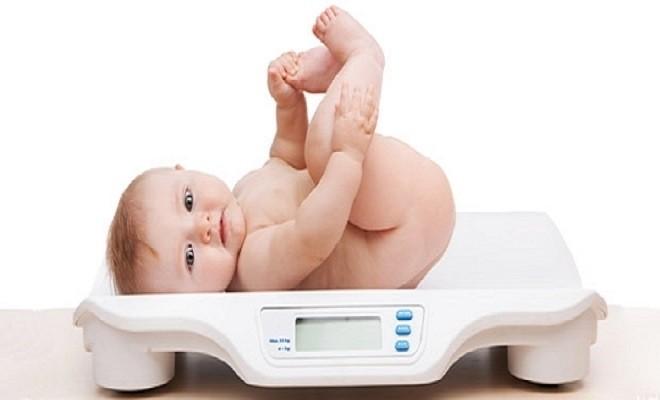 đo cân nặng của bé khi không mặc áo quần