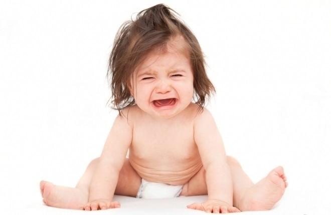 bé khóc vì bị đi ngoài ra máu nhầy