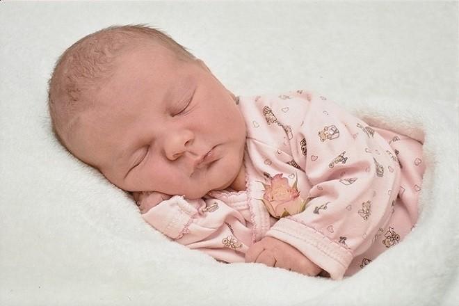 trẻ 3 tháng tuổi nằm ngủ nhiều trong ngày