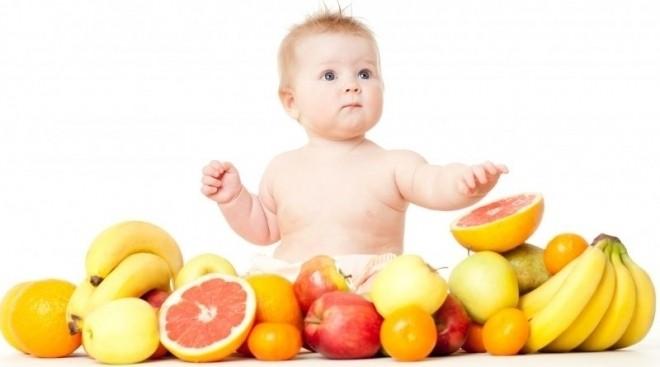 bé đi ngoài ra máu có thể bị ảnh hưởng từ thức ăn