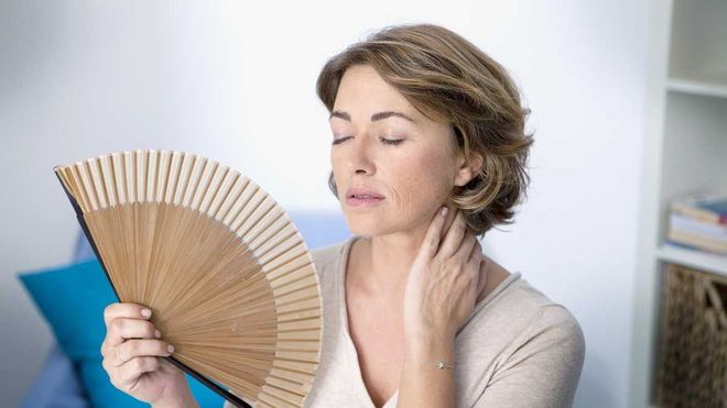 Phụ nữ từ 40 50 tuổi là nhóm đối tượng thường xảy ra hiện tượng không rụng trứng nhưng vẫn có kinh.
