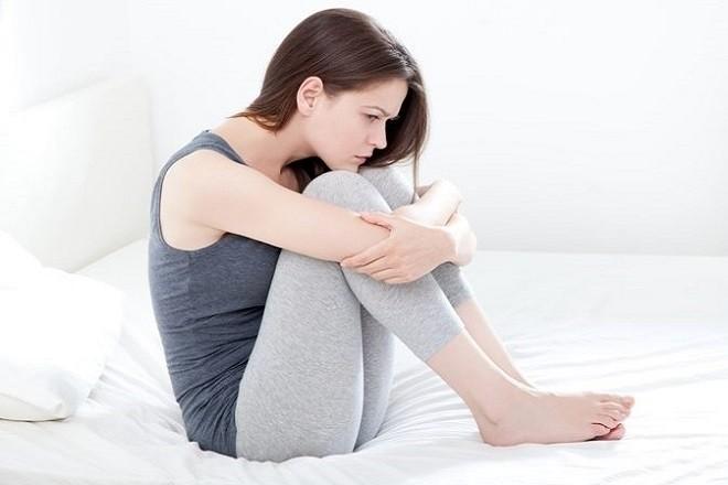 phụ nữ lo lắng vì tác dụng phụ của thuốc tránh thai