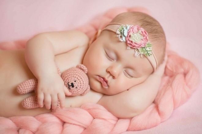 Chơi với trẻ sơ sinh 1 tháng tuổi