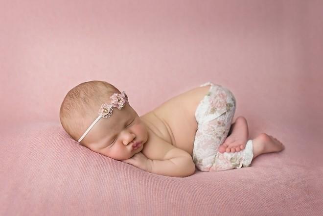 chụp ảnh cho bé 1 tháng tuổi theo tư thế bé ngủ chổng mông