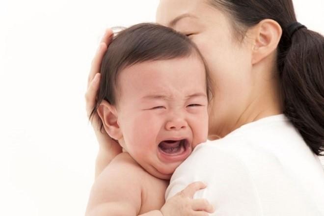mẹ ẵm trẻ sơ sinh khi con thấy khó chịu và quấy khóc
