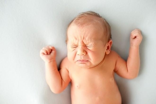 trẻ sơ sinh bị cảm cúm hắt xì