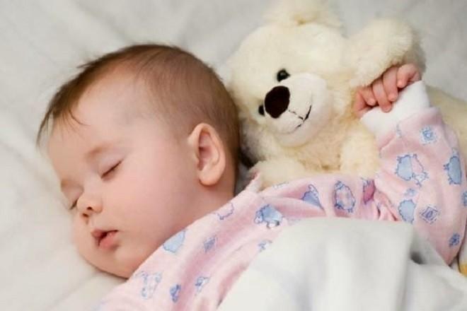 trẻ sơ sinh ôm gấu ngủ ngon