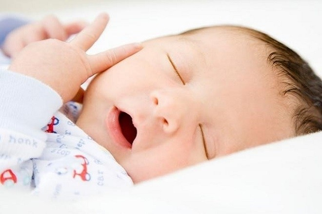trẻ sơ sinh tạo dáng khi nằm ngủ