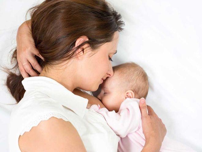 cho bé bú mẹ là cách chăm sóc trẻ sơ sinh mùa hè