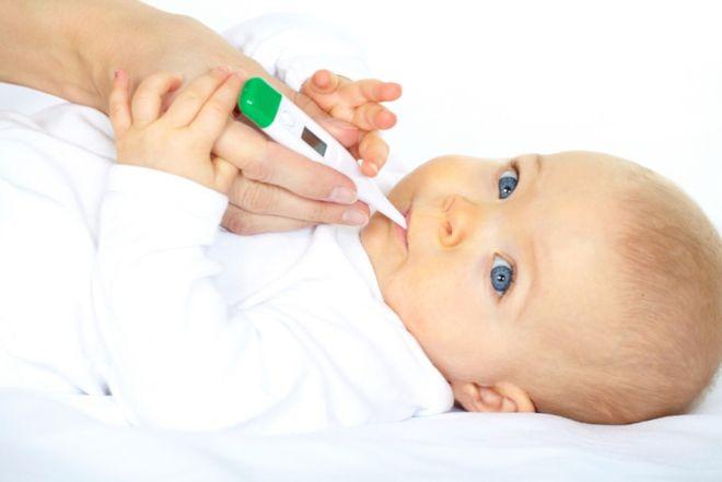 kiểm tra thân nhiệt là một trong những cách chăm sóc trẻ sơ sinh mùa hè