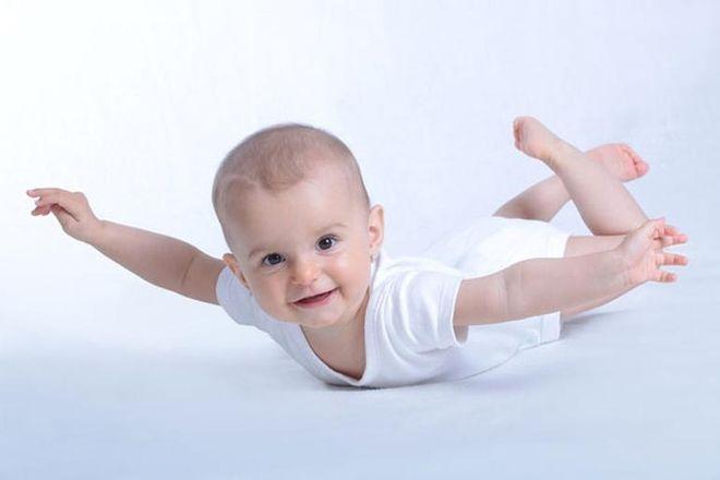 cho trẻ mặc quần áo thoáng mát là cách chăm sóc trẻ sơ sinh mùa hè hợp lý