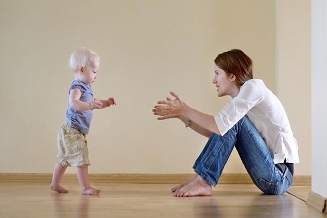 trẻ tập đi trong giai đoạn phát triển
