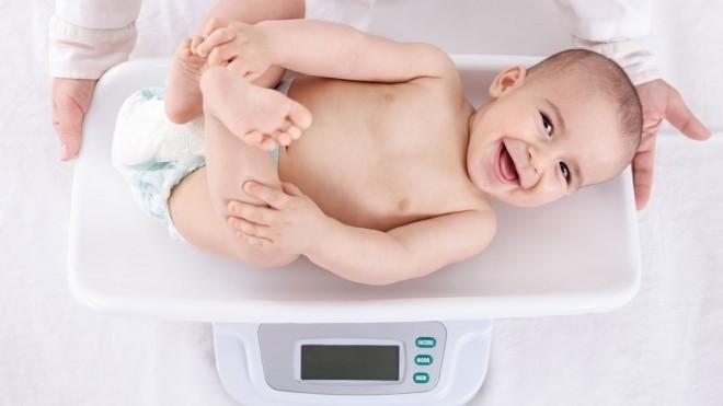 kiểm tra cân nặng và chiều cao của trẻ