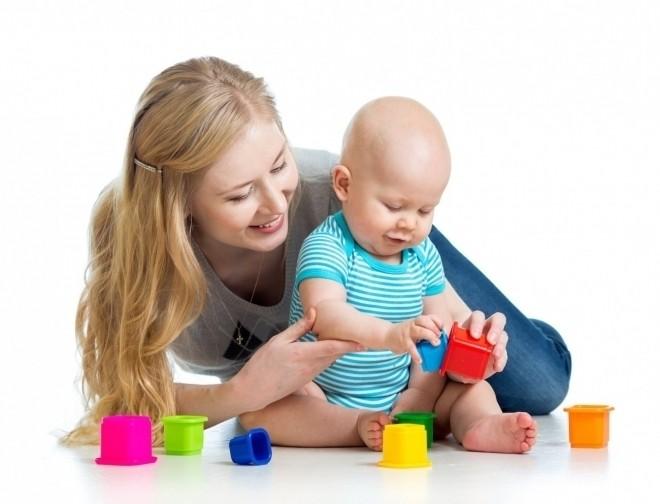 bé chơi đồ chơi cùng mẹ