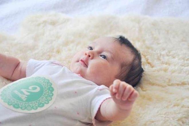 trẻ 2 tháng tuổi bắt đầu biết hóng chuyện