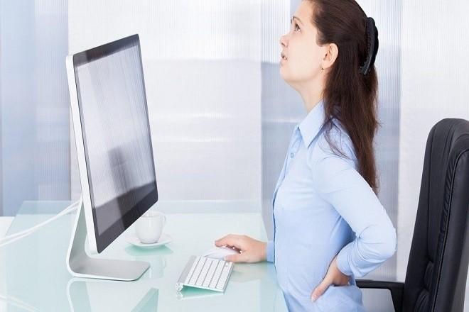đau lưng làm ảnh hưởng đến công việc của chị em