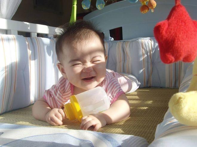 tránh ánh nắng chiếu trực tiếp vào mắt là cách chăm sóc trẻ sơ sinh 2 tháng tuổii hiệu quả