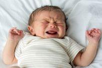 Trẻ hay giật mình khi ngủ mẹ nên làm sao?