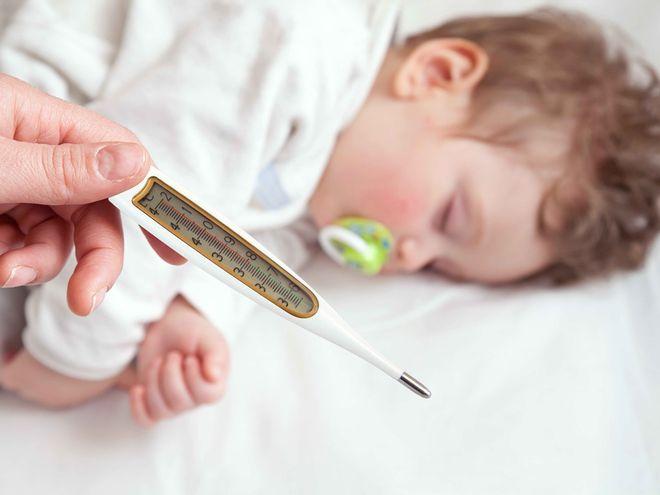 dùng nhiệt kế theo dõi trẻ sốt