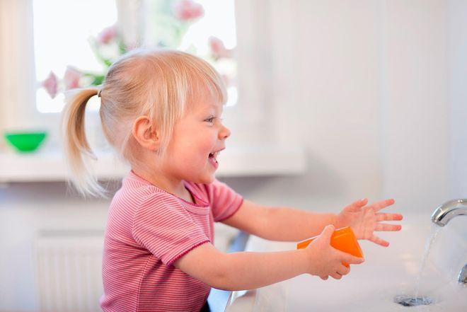 bé gái vui rửa tay