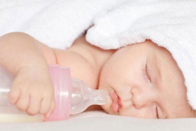trẻ ôm bình sữa ngủ say