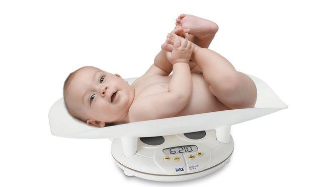 kiểm tra cân nặng cho trẻ sơ sinh