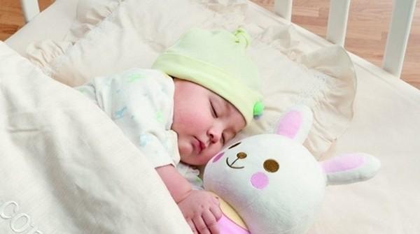 bé ôm gấu ngủ say