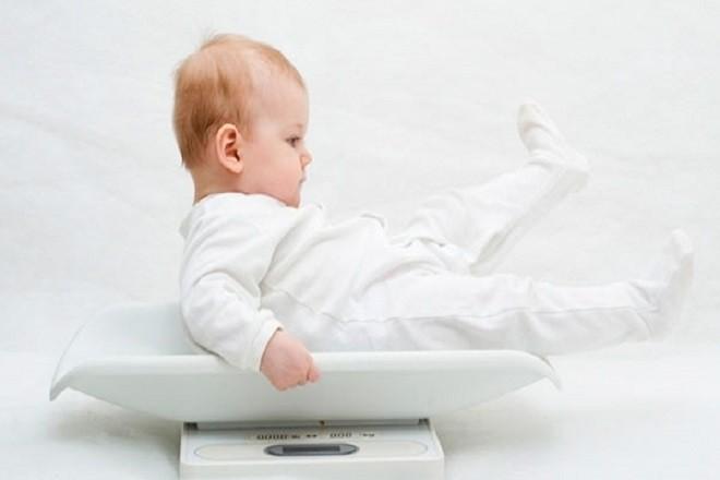 đo cân nặng của bé 4 tháng tuổi