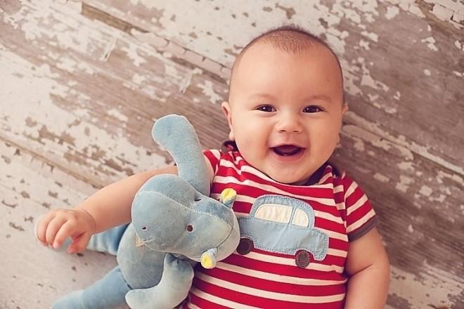 trẻ 4 tháng tuổi biết cười nhiều hơn