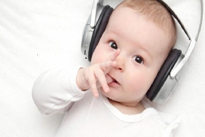 trẻ 4 tháng tuổi thích nghe nhạc