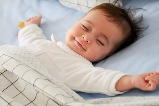 trẻ thích nằm ngủ trong tư thế thoải mái