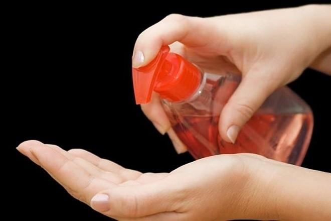 dùng dung dịch vệ sinh âm đạo sạch sẽ